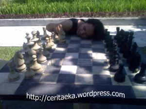 Kelelahan bermain catur raksasa