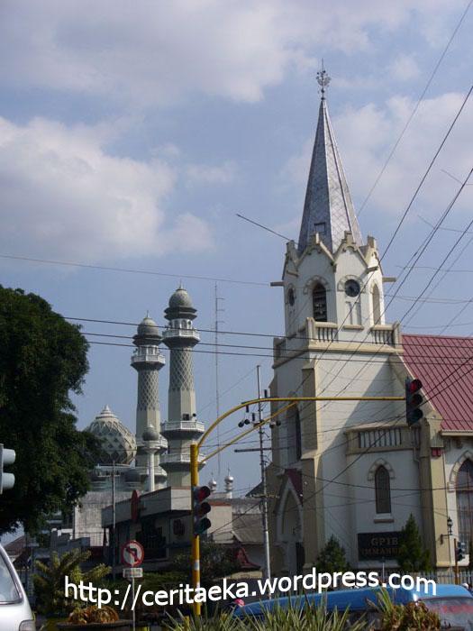 Gereja dan Masjid ini letaknya dekat dengan alun – alun. Lihatlah mereka berdampingan. Ah indahnya jika semua bisa hidup harmonis dan saling menghormati keyakinan orang lain.