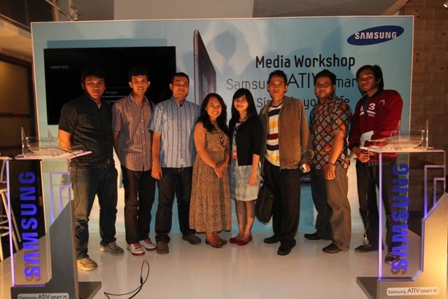 Blogger-blogger yang diundang ke acara Media Workshop Samsung Ativ Smart PC. Ceweknya cuma 2, berasa cantik banget (karena gak ada saingan) hihihi.