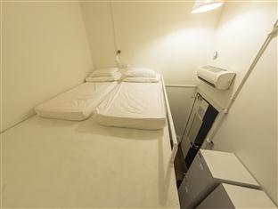 Saya pilih bed yang ada di atas. Di bawah bed kami ini ada 4 bed lain yang diisi oleh berbagai macam orang :D Hello keriuahan!