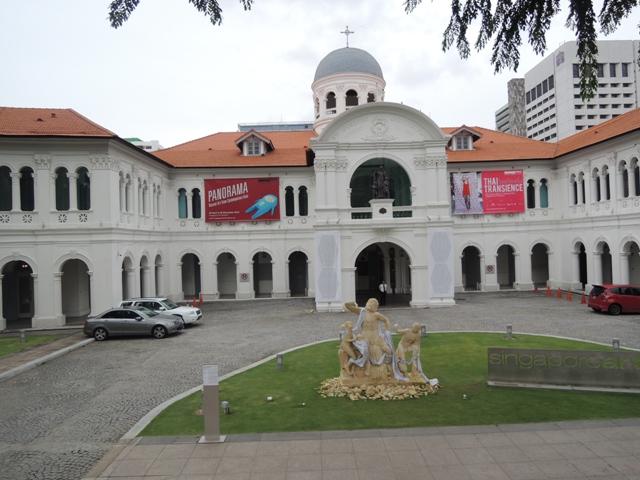 Singapore Art Museum, karena waktunya mepet kemarin gak sempat masuk sini. Moga next visit bisa mampir ;)