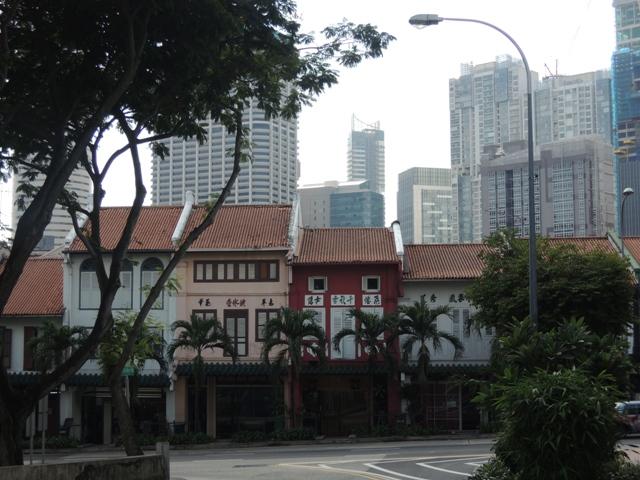 Satu yang saya kagumi dari SIngapura. Walau modernisasi berjalan tapi gedung-gedung tua dan tradisional tetap terjaga baik. Berjalan beriringan, seolah ingin menyampaikan pesan bahwa yang muda tak melupakan akarnya dulu. Ah, so sweet.