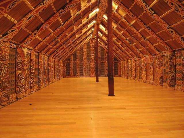 Rumah tradisional Suku Maori di Selandia Baru. Penghormatan ditunjukkan dengan melepas sandal saat memasuki rumah mulai dari teras bagian luar. Rumah Suku Maori biasanya dinamakan sesuai dengan nama leluhur yang dianggap penting. Di bagian dalam rumah ini ada pahatan kepala yang melambangkan kepala leluhur tersebut namun tanpa bagian tubuh. Lalu tubuhnya di mana? Rumah tradisional ini sendiri dianggap sebagai tubuh dari leluhur tersebut. Kalau diperhatikan ukir-ukirannya mirip sama rumah-rumah tradisional di pedalaman Kalimantan atau Sulawesi, gitu gak sih?