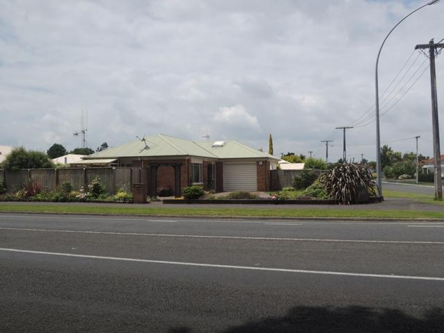 Rumah-rumah di Hamilton City. Yang kayak gini kata penduduk NZ sih rumah standart, kelas menengah gitu. Jiiiaaann, segede gini koq kalangan menengah? :|