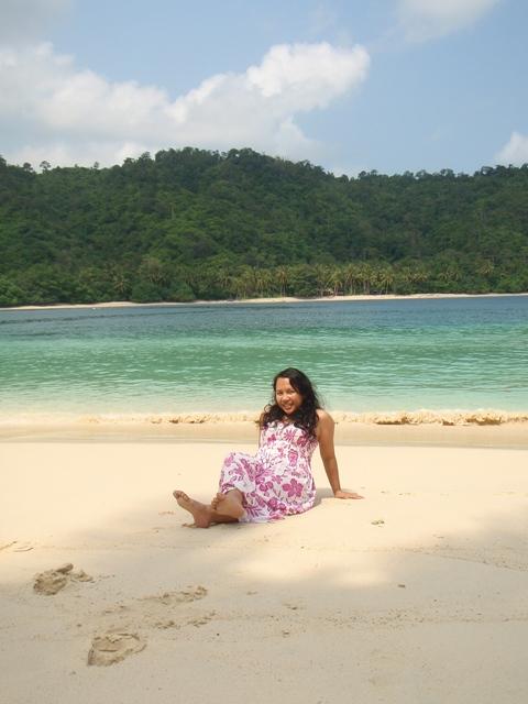Pantai tuh menghadirkan suasana senang yang bikin hati riang ^_^