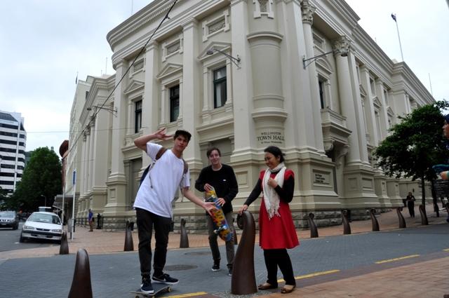 Lagi mau poto di depan Wellington Town Hall, eeeh tiba-tiba ada anak-anak main skateboard minta poto bareng :D haha