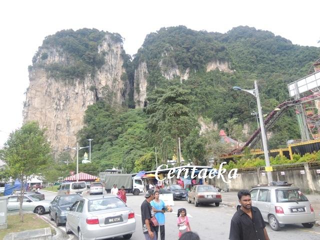 Menuju pintu masuk Batu Caves yang ada di belakang, sementara pintu keluarnya justru ada di depan.
