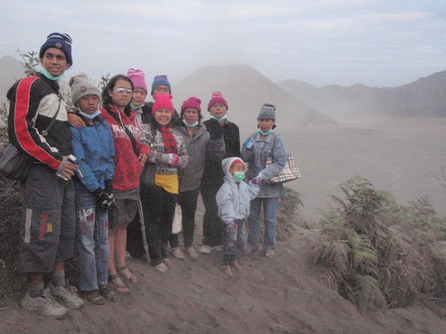 Oh yeah, big family going on a trip together! Seru, fun dan penuh kebersamaan.