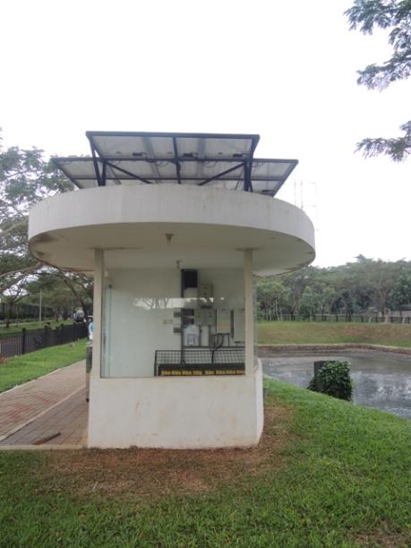 Lampu-lampu di taman mendapat energi dari tenaga surya
