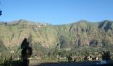 Pemandangan Menuju Ngadisari. Langit biru jernih seperti kristal dan hijau pepohonan membuat mata sejuk!