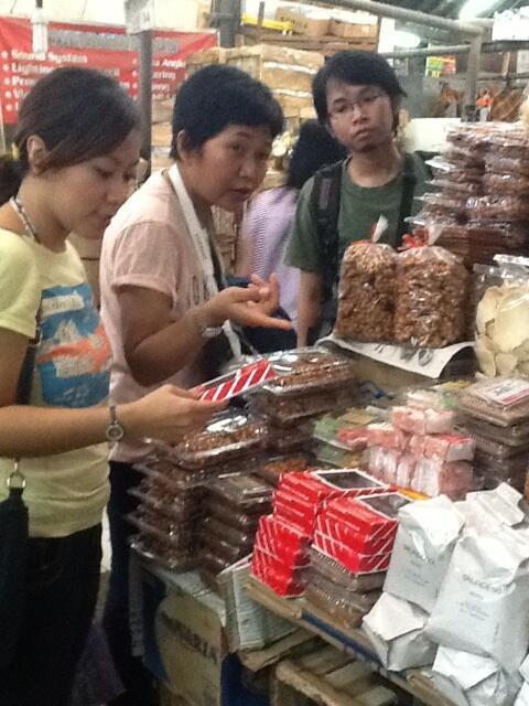 Ada yang nolak-nolak masuk ke Pasar, eeeh begitu kena sihir jajanan langsung kapal! :mrgreen: Huahaha