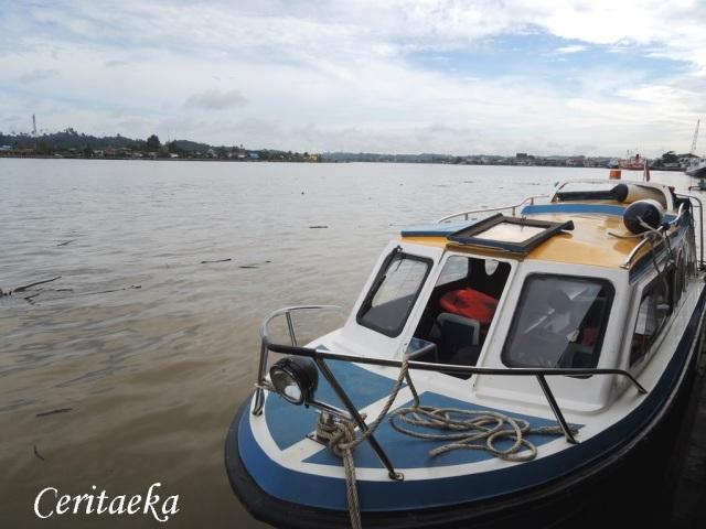 Dalam speed boat ini saya berkawan baik dengan goncangan ombak! :D hihi