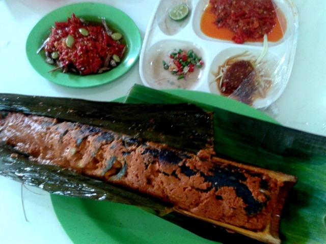 Ikan Patin Bambu Bakar ini hauce banget! Rugi bener kalau sampe nggak bisa makan gegara sakit gigi.