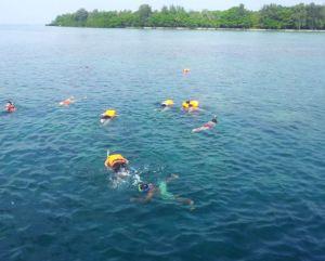 Boleh aja bebas snorkling, tapi sayangi alamnya juga yuks. Jangan dipatahin atau menginjak karang sembarangan :)
