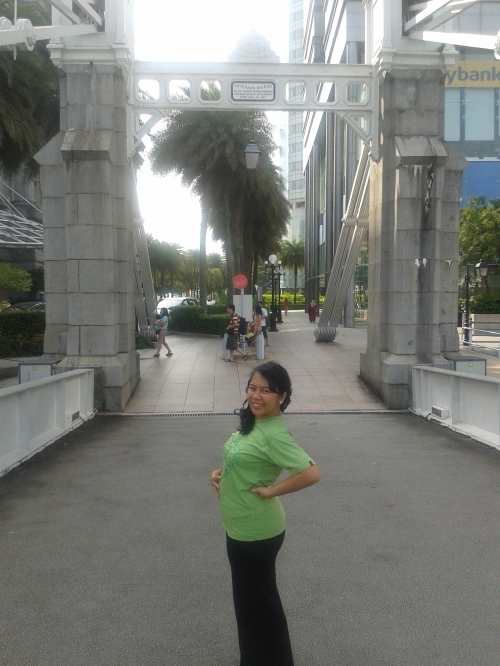 Posing in the middle of Cavenagh Bridge, Singapore. I was 3 months pregnant at that time ^_^