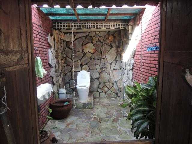 Kamar mandi yang asri banget. Bis alihat bintang di langit dan asyik banget suasananya :) Betaaah.