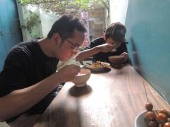 Ini dua teman yang barengan ke Jepara dan asyik makan sampe nggak sadar dipoto. Hihihi