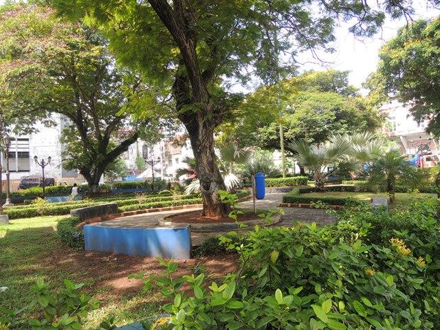 Taman yang dibangun Pemkot Semarang menambah keasrian di seputar gereja.