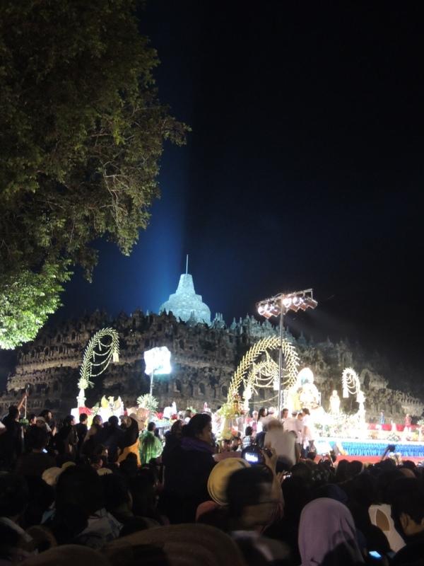 Borobudur yang bersinar. Megah.