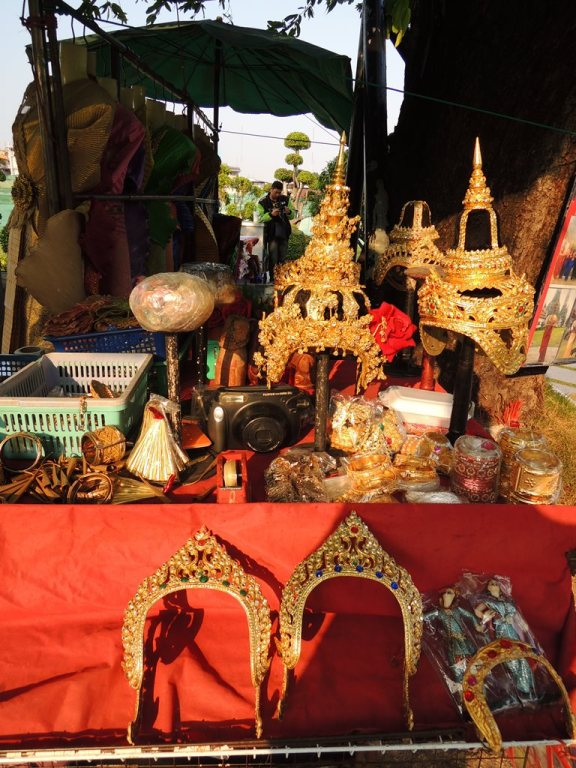 You can rent the ornament for you to pose with traditional apparel of Thailand