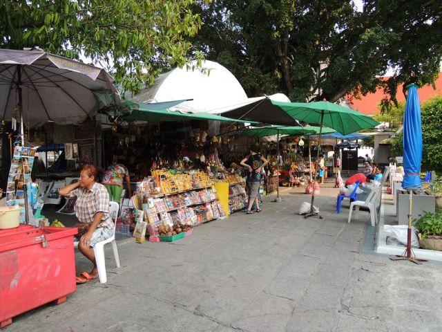Jangan kaget kalo para penjual di Wat Arun atau tempat-tempat wisata lainnya bisa Bahasa Indonesia ;)