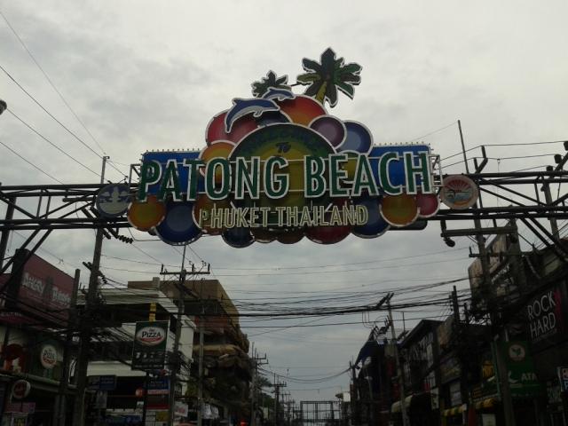 Salah satu pantai yang ramai di Phuket
