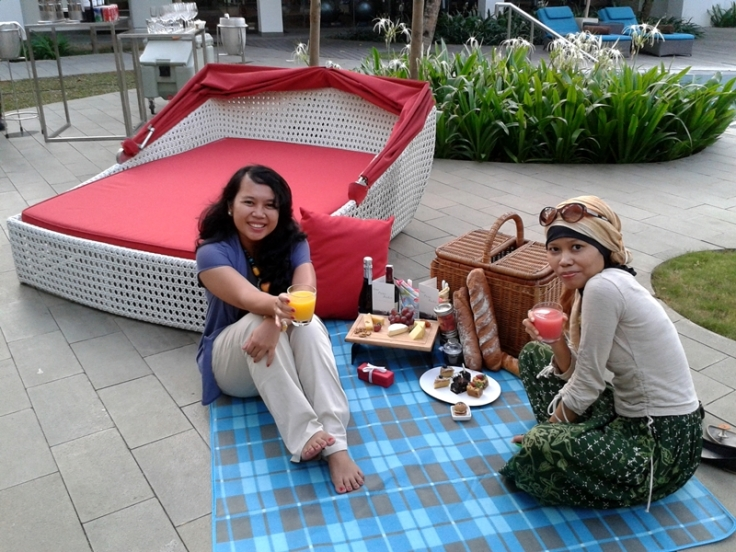 Enjoying my picnic with @nagacentil