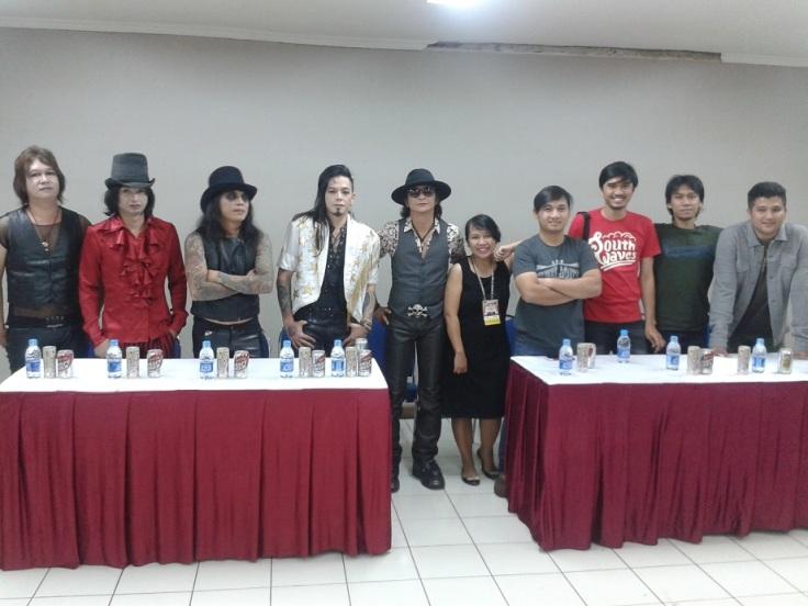 Potoh bareng idolaaa. Diapit cowok-cowok keren blantka musik Indonesia dunk! ;)