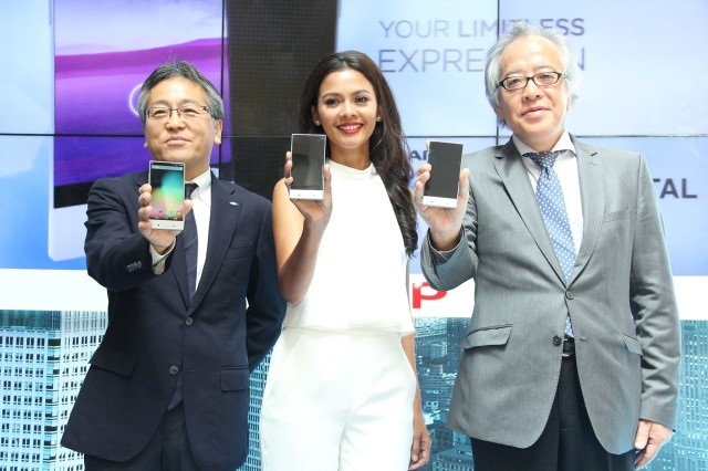 Launching Sharp Aquos Crystal di Kota Kasabanka, 28 Mei 2015. Ki-ka Junichi Iwaki (Unit Deputy General Manager, Personal Communication Systems unit 3, Communication System Division, SHARP Corporation Japan), Ully Triani (Brand Ambassador SHARP Aquos Crystal) dan Fumihiro Irie (President Director PT SHARP Electronics Indonesia).
