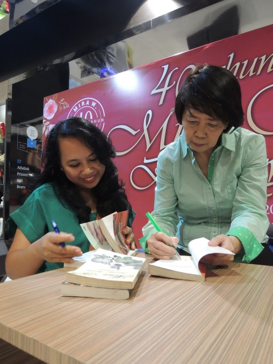 Terima kasih Ibu Mira untuk tanda tangannya :*