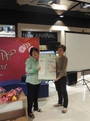 Ibu Mira dan Novel terbarunya Sisi Gelap Cinta