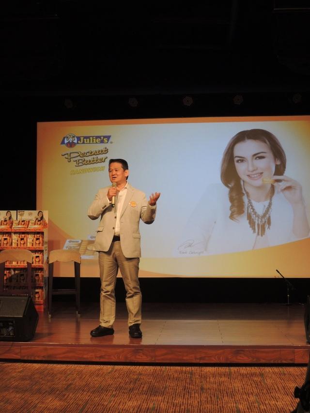 Martin Ang selaku Direktur Perfect Food Manufacturing (M) Sdn Bhd sedang bercerita sejarah Julie's Biscuit