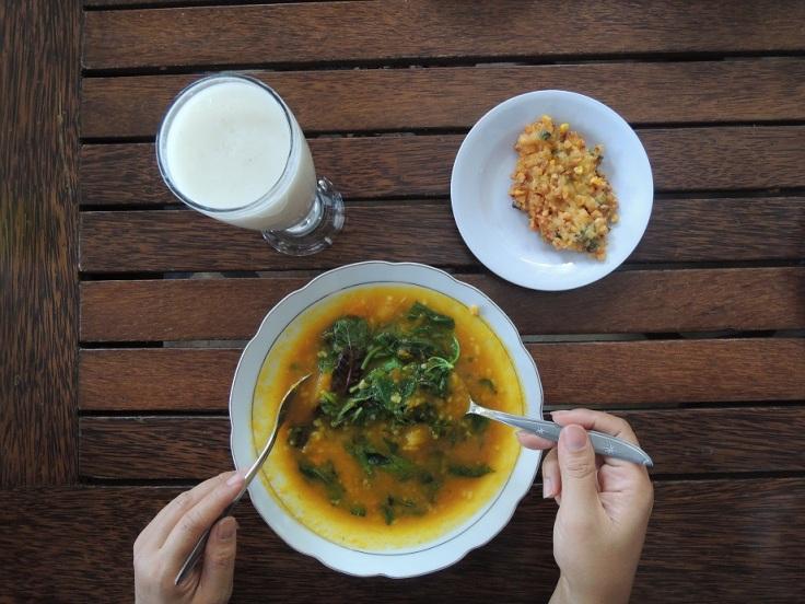 Bubur Manado. Best eaten with ikan asin. Ohiya, kalau di Manado, mesti bilang kita mau mamam pake ikan asin kalo enggak ya dikasih polosan aja.