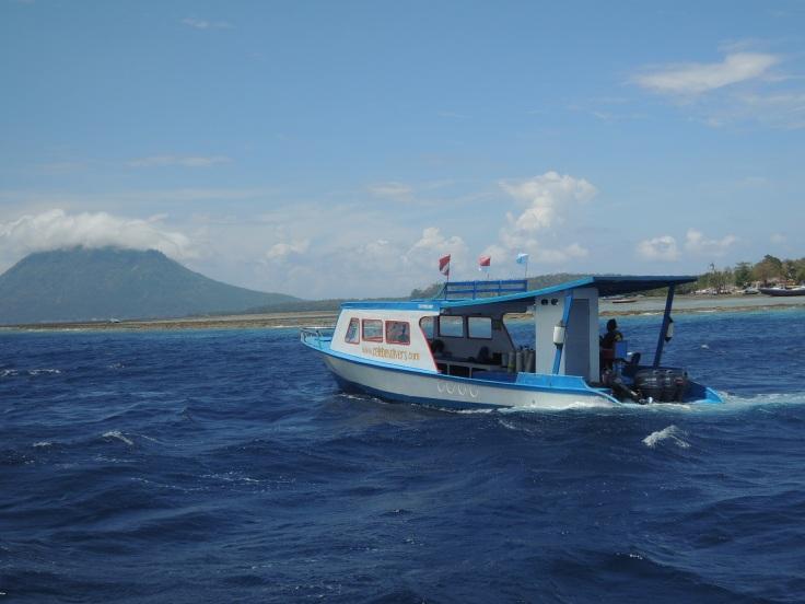 Kapal yang membawa kami dari dermaga ke Bunaken modelnya seperti ini.