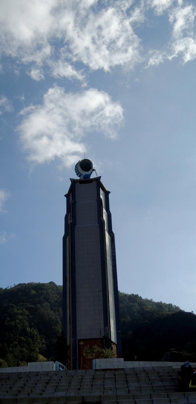 Monumen di Bukit Kasih. Maaf potonya agak gelap karena sampai sini sudah hampir jam 3 jadi cahanya kurang bagus. Tapi aslinya bagus lho.