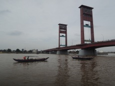 Jembatan Ampera siang hari