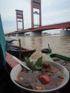 Makan Siang di Pinggir Sungai Musi Palembang