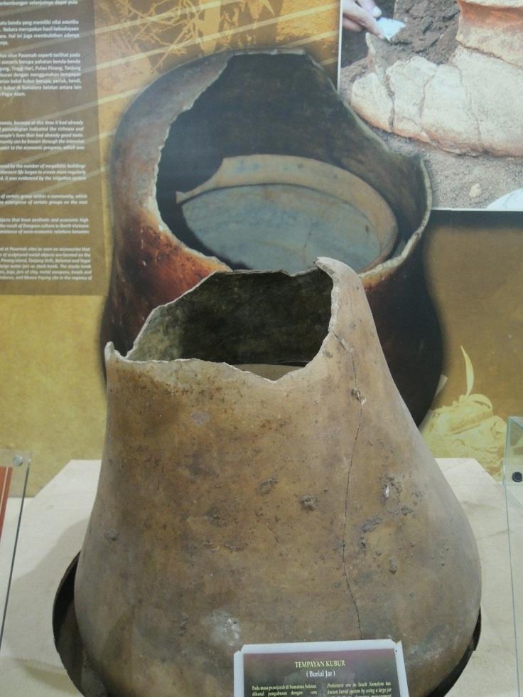 Salah satu koleksi Museum Bala Putera Dewa; Tempayan Kubur. Ini adalah suatu tempat untuk mengumpulkan tulang belulang orang yang telah meninggal. Di zaman itu dahulu cara mengubur mayatnya begitu.