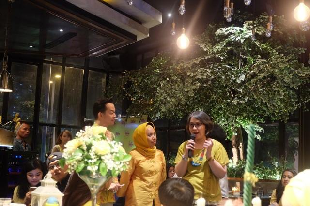Ibu Rini sebagai pembicara, gathering-nya dipandu MC femes Dave Hendrik dong! ;)