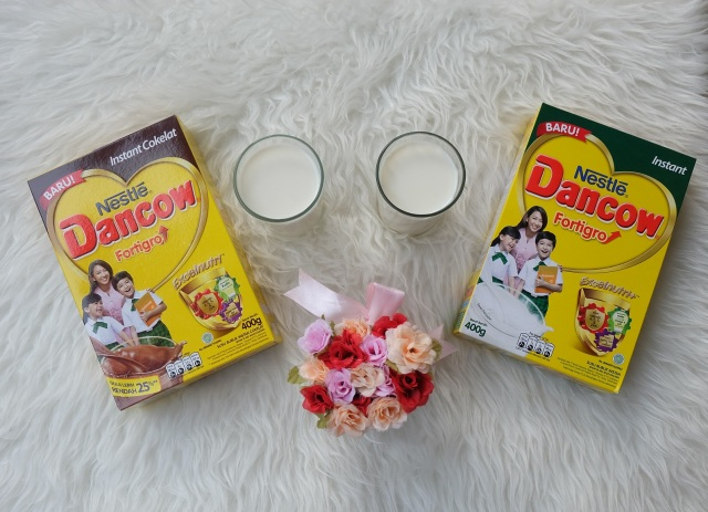 Pas pulang, dibekali 2 kotak susu Dancow dong. Aku dan kau suka Dancow! ;)