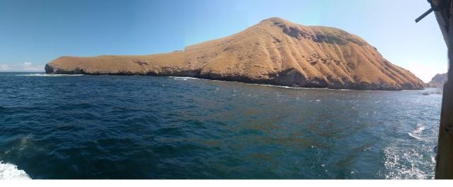 Pulau yang berbentuk seperti dinosaurus sedang tertidur. Lehernya panjang dengan buku-buku kaki besar di sampingnya.