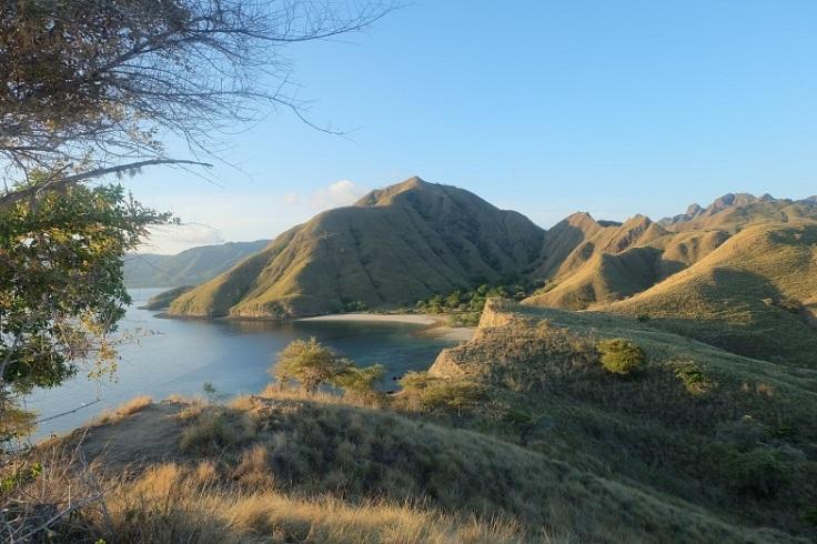 Memandang hamparan bukit ini, yang terasa adalah kedamaian yang merasuk ke dalam. Namaste.
