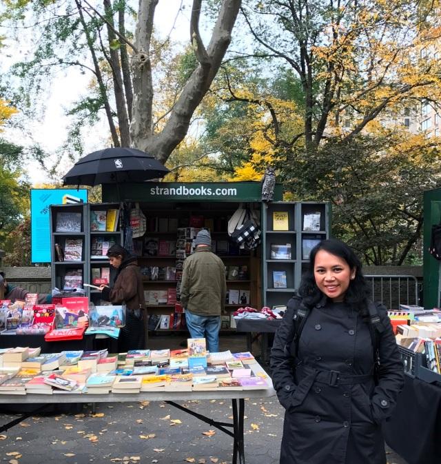 Nggak nyangka nemu penjual buku di depan Central Park.