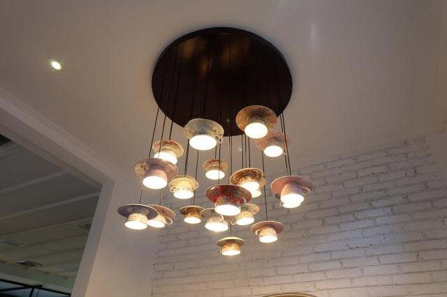 Dekorasinya unik, lampu dari cangkir :* Love!