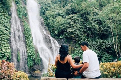 Wisata Keluarga di Air Terjun Banyumala