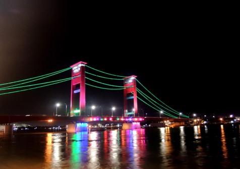 Jembatan Ampera di malam hari