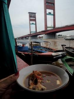 Makan siang di perahu dengan pemandangan Jembatan Ampera Palembang