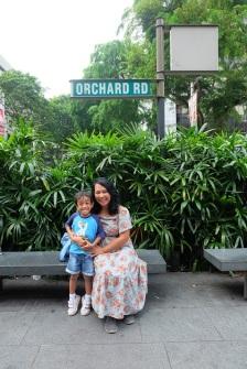 Foto wajib kalau liburan di orchad Road